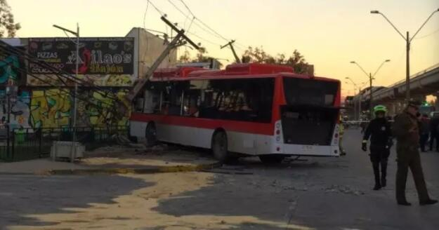 La Florida一辆卡车闯红灯发生车祸,造成15人受伤