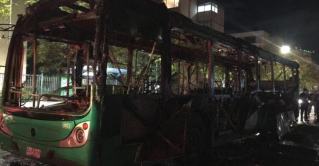 智利反对政府改革方案游行 三辆汽车被烧毁