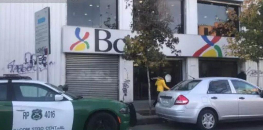 一堆人在首都批发区银行门口排队等开门 遭五名劫匪抢劫