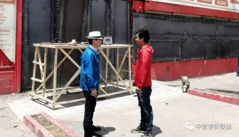 陈平总领事走访遭抢劫的华侨店铺