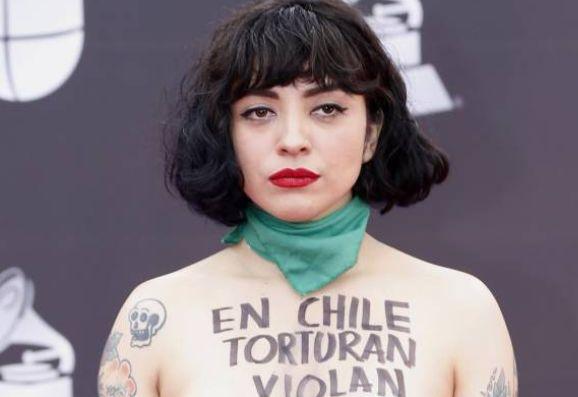 智利女歌手蒙拉弗特袒胸露乳支持抗议者