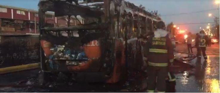 数名纵火者假扮乘客点燃一辆公交车