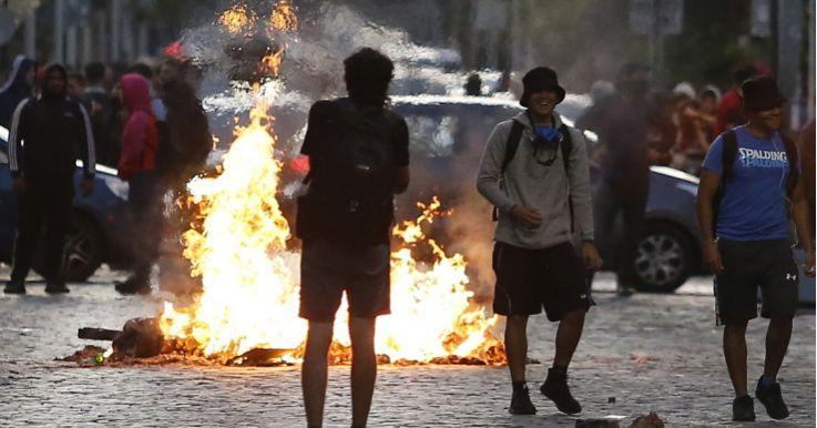 """智利""""花园城市""""再次发生游行示威暴乱    多辆汽车被毁"""
