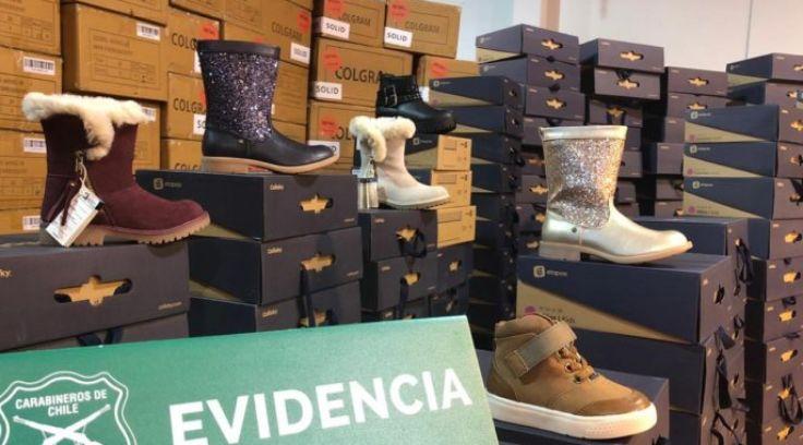 智利警方在批发区发现被盗的鞋子赃物