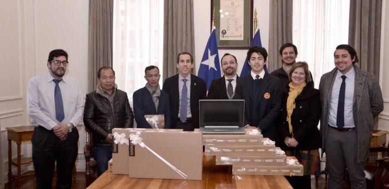 Comunidad china:  Donó 8 computadores a Santiago