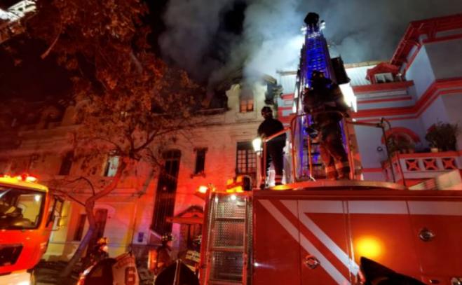周三,圣地亚哥发生两处火灾,八间民房与天主教大学校区被烧毁
